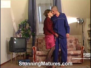 milf sex, porno dievča a muži v posteli, porn in and out action