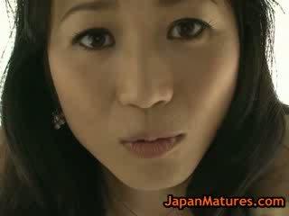 Aziatisch rijpere natsumi kitahara uitkleden