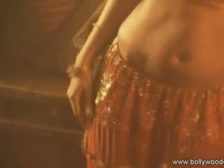 Sexy indian doamnă doing the traditional sexual buric dansand