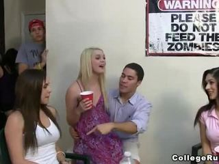 Slutty vereniging meisjes party hard met frat boys