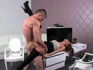 Muscle amatieri dude jāšanās female agent par a galds