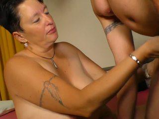 Xxx omas - аматьори възрастни секс с немски брюнетка.
