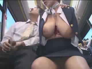 Povekas amerikkalainen teinit haparoi sisään japani julkinen bussi video-