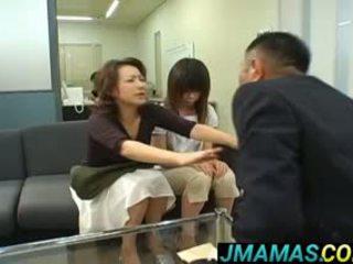 Miki yoshii en mam mouths geneukt door men
