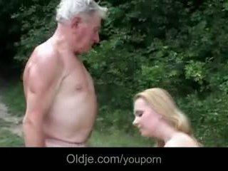 Stor breasted unge ludder gives bestefar epochal faen