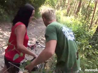 Vollbusig biker schnecke terry gets nailed im woods