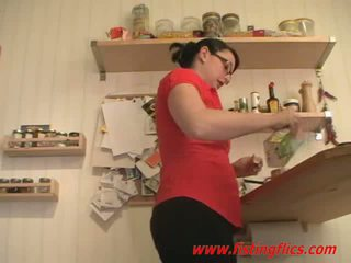 Amateur vrouw anaal fisted in de keuken
