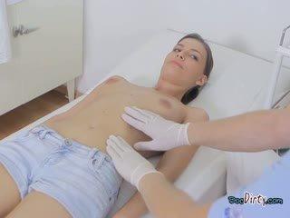 Pievilcīgas pusaudze visits viņai netīras ārsts un gets sagrupētas