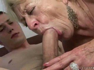 Nonnina e ragazzo enjoying difficile sesso