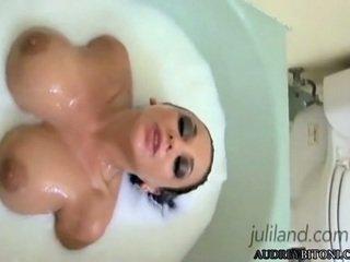 Audrey bitoni spread 腿 和 指法 在 該 tub