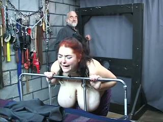 Thick duży cycek kuszące niewolnik dziewczyna jest whipped i wykorzystane w the seks loch