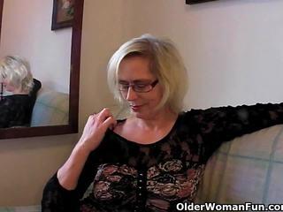 Perverssi mummi pushes hänen fist ylös hänen vanha kusipää