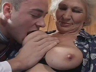 Біла haired бабуся becomes a непристойна блудниця для величезний молодий пеніс