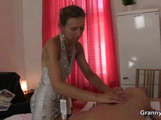 Стар masseuse gets тя космати грабване pounded