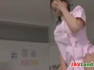 Bello giapponese infermiera plays con un cazzo