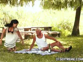 Tonårs cutie s kinky picnic med en morfar