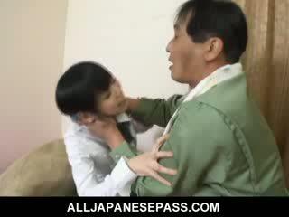 Minami asaka schön asiatisch puppe plays mit sie groß vegetables
