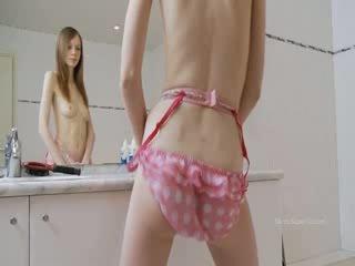 Hongerig sknny meisje teasing voor spiegel