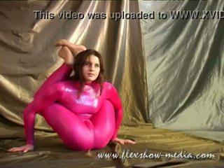 Contortionist marina twists henne kropp i en sexig gummi bodysuit
