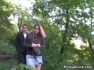 Čehi blondīne sucks two cocks uz the park