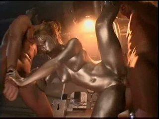 Audrey hollander ir a silver painted robot jāšanās the 2 guy