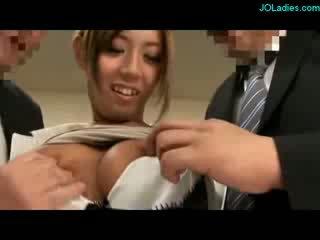 Heet groot boob secretaresse getting haar titties rubbed tepels sucked zuigen en rubbing 2 guys boners met boezem op th