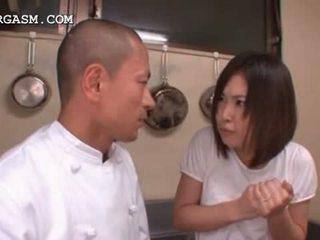 Asiática camarera gets tetitas grabbed por su jefa en trabajo
