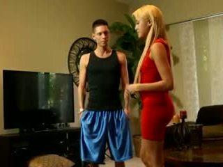 Blondīne teenie marina gets viņai vāvere humped