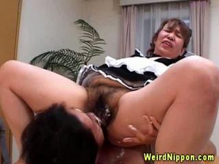 Aziāti vecmāmiņa gets viņai matainas vāvere licked
