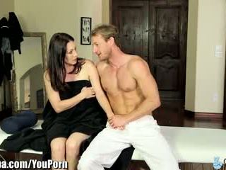 Curvy milf rayveness terbujuk ke hubungan intim masseur