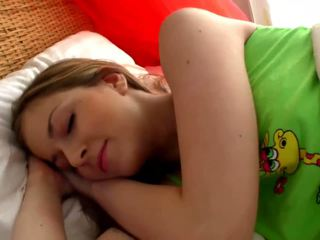 Sleepy cô gái tóc vàng gà con masturbates trong các phòng ngủ