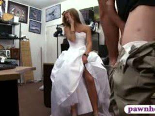 Miúda pawns dela casamento vestido e railed por pawn guarda