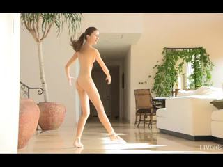 Claire stretching deretter doing ballet til musikk