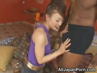 Zierlich asiatisch sucks 10 inch schwarz schwanz!