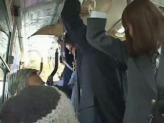 Nư sinh buộc blowjob trong xe buýt