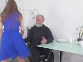 Vecs goes jauns - yummy skaistule congratulates an oldman ar
