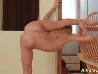 প্রচন্ড নমনীয় বালিকা stretching