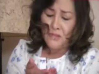 Japanesebbw rijpere moeder en niet haar zoon