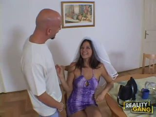 Verbazingwekkend sexy roodharige babe uitkleden in de living kamer