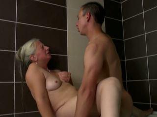 늙은 엄마 takes 젊은 수탉 에 욕실, 고화질 포르노를 2e