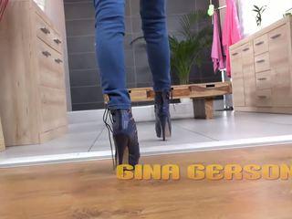 Gina gerson pees door haar denims en fingers haarzelf