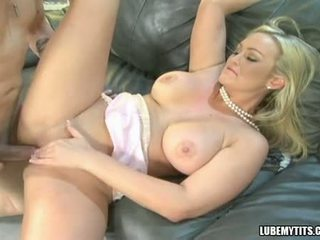 Bustylicious abbey brooks spreads haar twat breed en enjoys de lul in haar