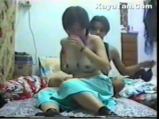 Malay hytaý iki adam sikiş under hidden kamera