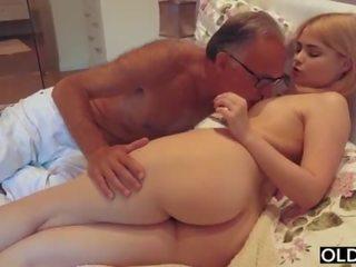 18 yo 女孩 接吻 和 fucks 她的 步 爸 在 他的 臥室