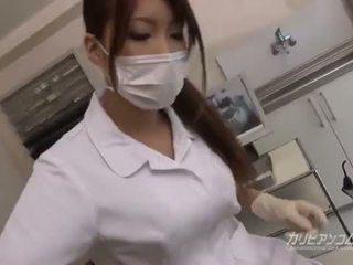 Busty bác sĩ bé quái với cô ấy may mắn bịnh nhân