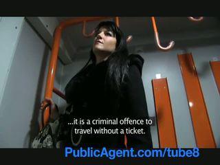 Publicagent penelope fucks op de trein naar vermijden de politie