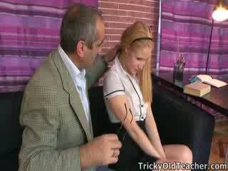 Gira miúda oksana gets alguns discipline a partir de o professora