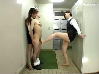 Īss guy getting viņa dzimumloceklis rubbed licking vāvere raušana no līdz meitene kājas cits liking sperma 2 garas birojs dāmas uz the locker istaba