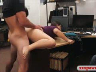 Cuplu bitches încerca pentru fura și pounded în the camera din spate