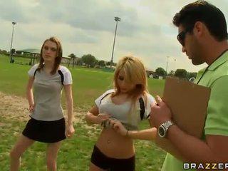 Velký titted blondýnka fotbal hráč madison ivy using ji kozičky na být captain
